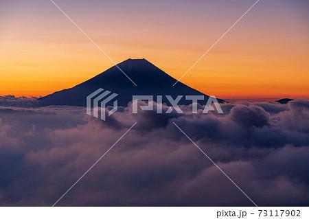 (山梨県)大雲海に浮かぶ富士山 夜明け前 73117902