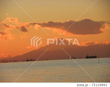 夕焼けと稲毛海岸からの富士山 73119991