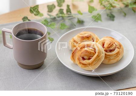 ハムとマヨネーズのパンとコーヒー 73120190