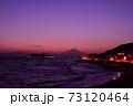 湘南の夕焼けと富士山・江ノ島(稲村ケ崎公園より撮影) 73120464