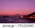湘南の夕焼けと富士山・江ノ島(稲村ケ崎公園より撮影) 73120465