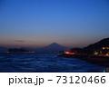 湘南の夕焼けと富士山・江ノ島(稲村ケ崎公園より撮影) 73120466