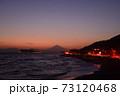 湘南の夕焼けと富士山・江ノ島(稲村ケ崎公園より撮影) 73120468