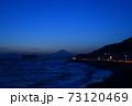 湘南の夕焼けと富士山・江ノ島(稲村ケ崎公園より撮影) 73120469