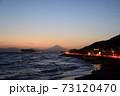 湘南の夕焼けと富士山・江ノ島(稲村ケ崎公園より撮影) 73120470