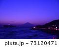 湘南の夕焼けと富士山・江ノ島(稲村ケ崎公園より撮影) 73120471