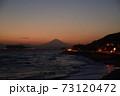 湘南の夕焼けと富士山・江ノ島(稲村ケ崎公園より撮影) 73120472