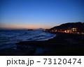 湘南の夕焼けと富士山・江ノ島(稲村ケ崎公園より撮影) 73120474