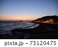 湘南の夕焼けと富士山・江ノ島(稲村ケ崎公園より撮影) 73120475