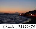 湘南の夕焼けと富士山・江ノ島(稲村ケ崎公園より撮影) 73120476