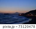 湘南の夕焼けと富士山・江ノ島(稲村ケ崎公園より撮影) 73120478