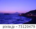 湘南の夕焼けと富士山・江ノ島(稲村ケ崎公園より撮影) 73120479