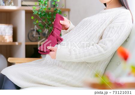 靴下を持つ妊婦 温活 準備 履きづらい  73121031