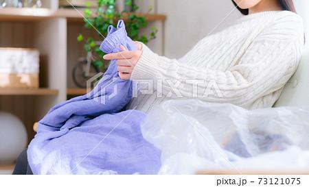 断捨離 衣服を捨てる妊婦 巣作り本能 16:9 73121075