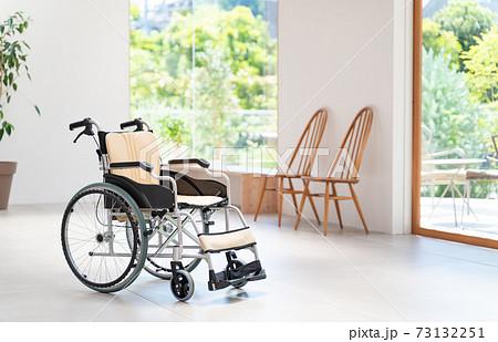 介護施設 老人ホーム 車椅子 医療イメージ 73132251