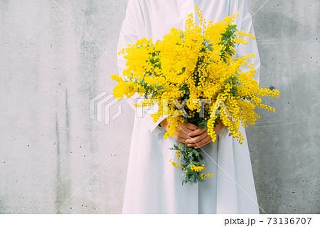ミモザの花束を持つ女性 73136707