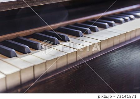 小学校のオルガン オルガン 鍵盤 楽譜 73141871