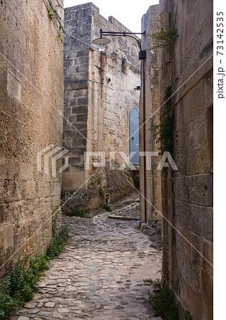イタリア マテーラの洞窟住居の路地裏 73142535