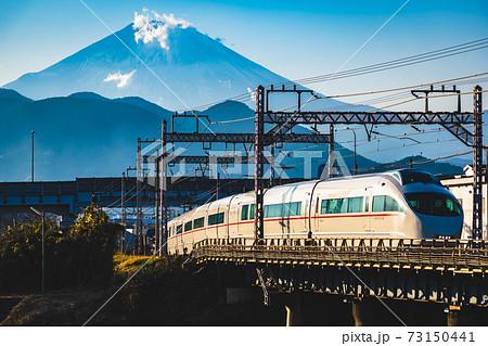 夕日に染まる富士山と川音川を渡る小田急ロマンスカーVSE 73150441