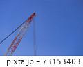 東京都千代田区御茶ノ水にある建築現場の大きなクレーン 73153403
