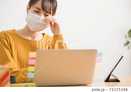 花粉症で目がかゆい若い女性 73155388