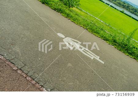 サイクリングロードと自転車の記号 73156939