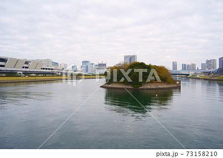東雲運河の東京港旧防波堤と豊洲市場 73158210