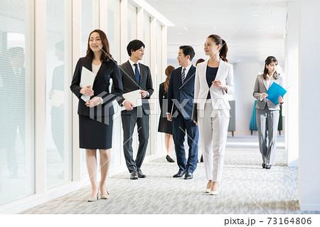 オフィス内を移動するビジネスパーソン 撮影協力「LINK FOREST」 73164806