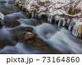 冬の清流と氷柱 73164860
