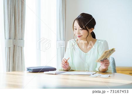 家計のやりくり 主婦イメージ 73167453