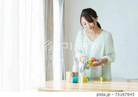 おもちゃの消毒をするママ 73167645