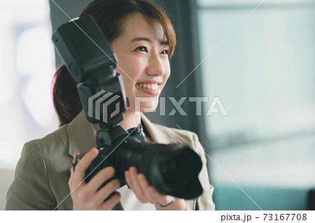 女性カメラマン 73167708