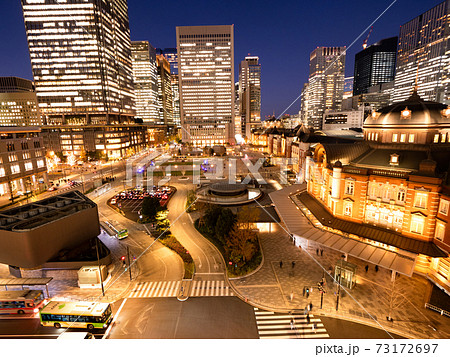 夕暮れの東京駅と丸の内駅前広場 73172697