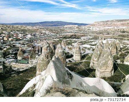 カッパドキアの岩石遺跡群。キノコ岩やとんがり帽子形の奇岩が連なり,妖精たちが出てきそう 73172734