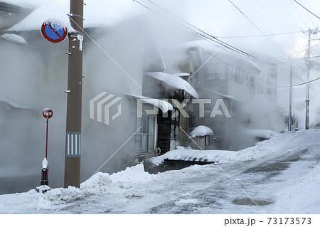 屋根に雪が積もってる(温泉街の)風景 73173573