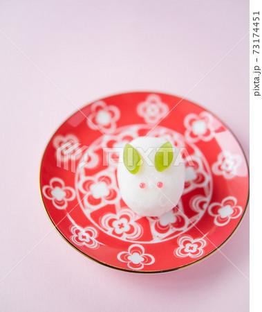 赤い皿に乗った和菓子 雪うさぎ 雪平 ピンクの背景 73174451