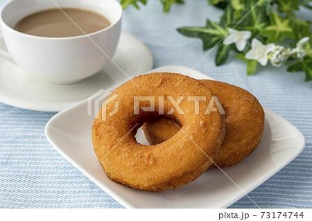 白いお皿にのったドーナツとミルクティー 73174744