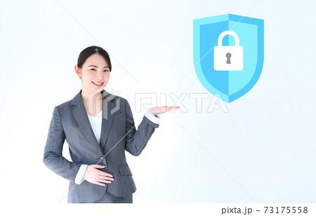 セキュリティを紹介・アピールする女性会社員イメージ 73175558