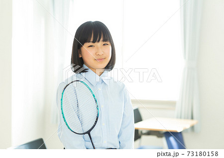 バドミントン ラケットを持つ中学生 73180158