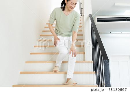 階段を降りる女性 73180667