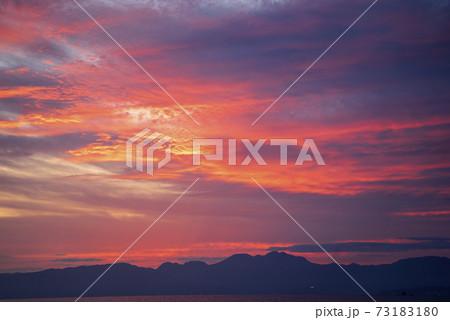片瀬西海岸から見た日没後赤染まった相模湾の空と海 73183180