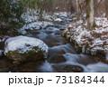 雪景色の清流 73184344