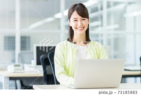 オフィスのビジネスウーマン  73185883
