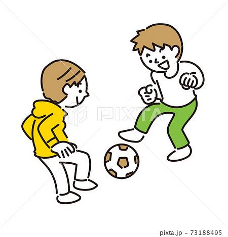 サッカーボールで遊ぶ男の子たち 73188495