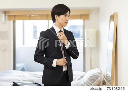 スーツを着る若い男性 就活 73193246