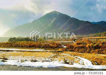 冬の滋賀県湖西 山と雪の田舎の静寂な雪景色 73195101