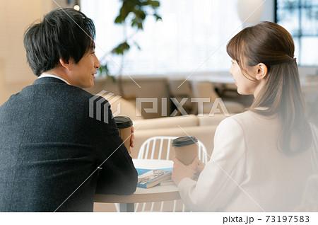 婚活中の男女 73197583