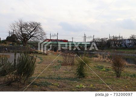 埼玉県蓮田市の元荒川にかかる鉄橋を走行する電気機関車 73200097