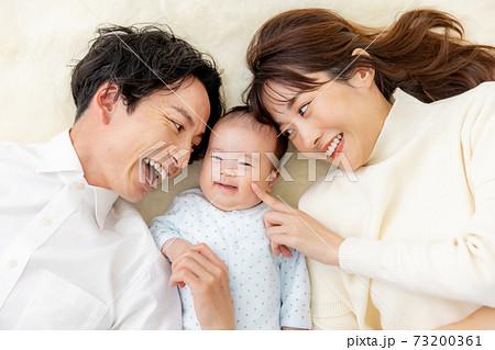 家族 赤ちゃん 可愛い 73200361