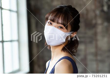 マスク美人の女性 73201251
